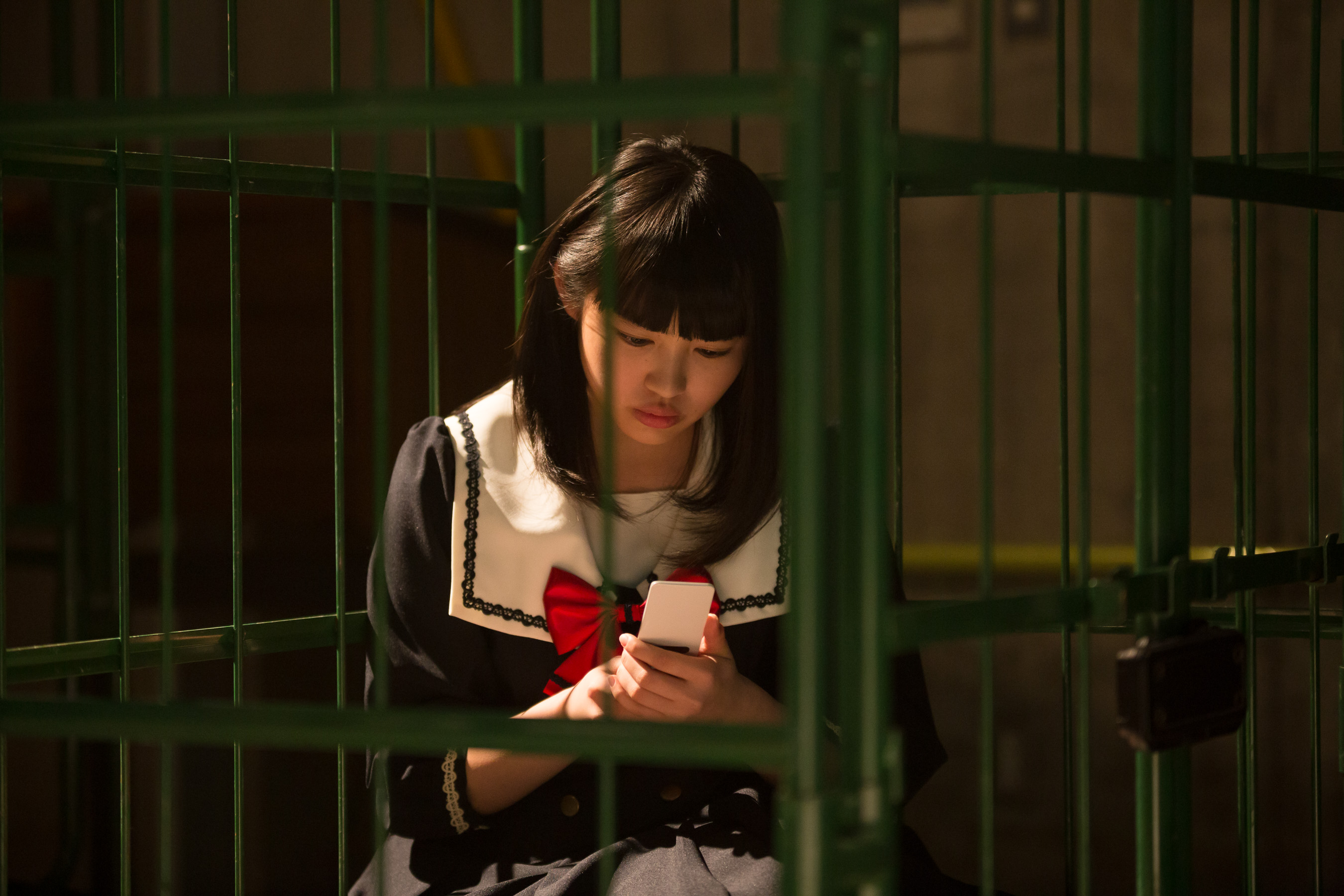 3.目覚めたら檻の中。手には携帯電話。